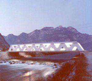Una 'galleria' sopra il fiume Noce - Ponte in cemento armato a campata unica con struttura portante ondulata