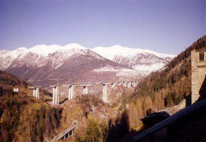 Il viadotto ed il paesaggio - Vista complessiva del viadotto in costruzione inserito nel paesaggio alpino e terminato in 28 mesi