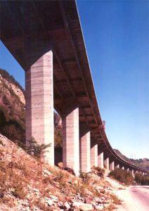 Pavimentazione del viadotto - Copertura del viadotto larga 22.10 m realizzata con piastre precompresse